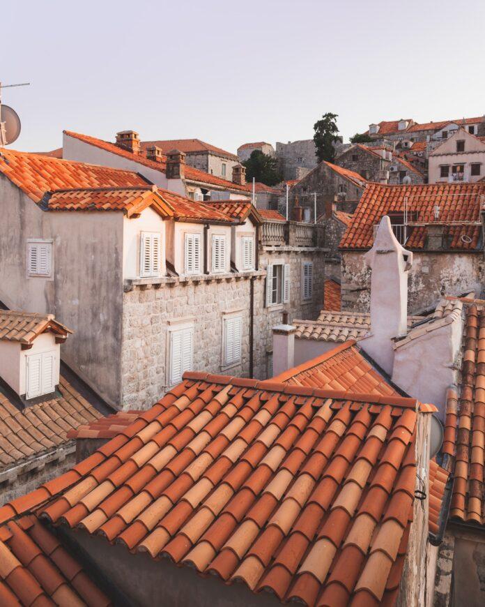 pokrycie dachu dachówkami ceramicznymi